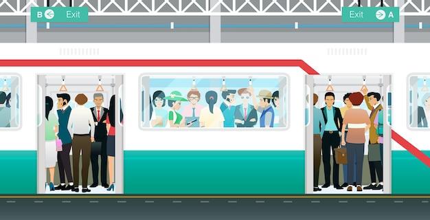 문 앞의 지하철이 열려 있고 사람들로 붐빈다