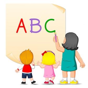 선생님은 아이들을 위해 알파벳을 가르치고 있습니다 프리미엄 벡터