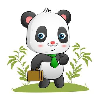 Аккуратная панда с ярким галстуком держит в руках футляр и гуляет.