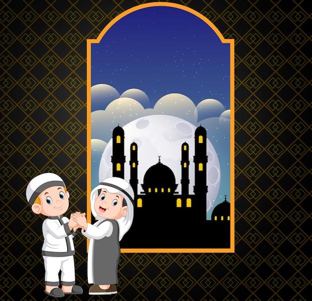 二人の男はモスクの前でお互いに謝罪をしています