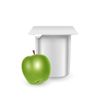ヨーグルトクリームデザートまたはジャム包装テンプレートヨーグルトクリーム用の白いマットなプラスチックポットと新鮮なリンゴを分離