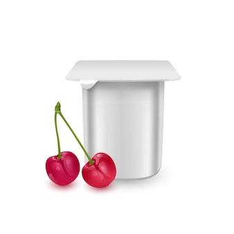 ヨーグルトクリームデザートまたはジャム包装テンプレートヨーグルトクリーム用の白いマットなプラスチックポット、新鮮なチェリーが分離されています