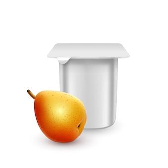 ヨーグルトクリームデザートまたはジャム包装テンプレートヨーグルトクリーム用の白いマットなプラスチックポット、新鮮な梨が分離されています