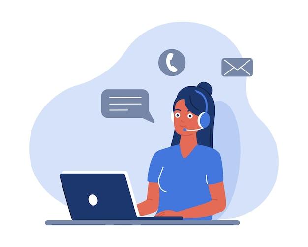 노트북에서 일하는 여성은 헤드셋을 통해 고객과 통신하고 메시지에 응답합니다.