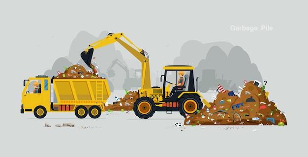 Рабочие водят экскаватор, чтобы собрать мусор в грузовик.