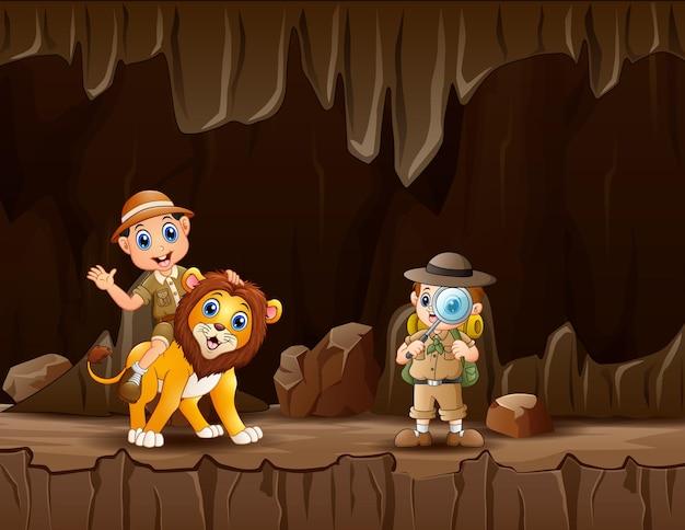 動物園の飼育係の男の子と洞窟の中のライオン