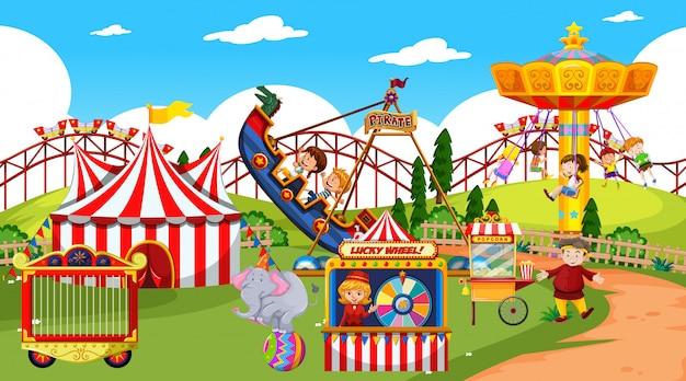 多くの乗り物と幸せな子供たちのテーマパークシーン