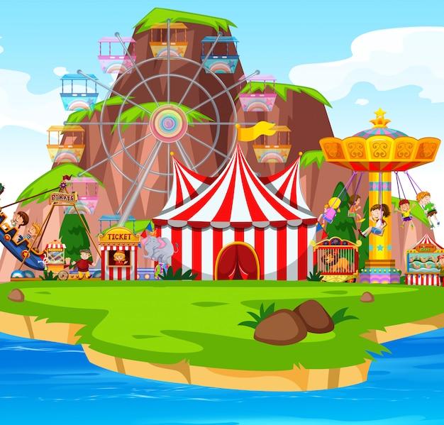 Сцена в тематическом парке с множеством аттракционов у озера
