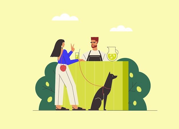のどが渇いた女性は暑い夏の日にバーテンダーと冷たいレモネードを飲みます