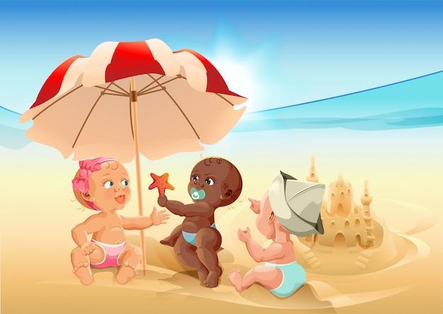 ビーチで遊ぶ3つの赤ちゃん
