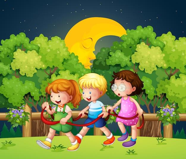 한밤중에 야외에서 걷는 세 아이