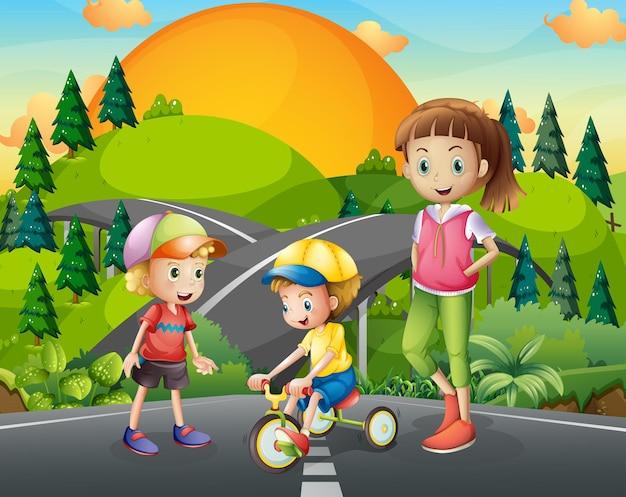 道路で遊ぶ3人の子供