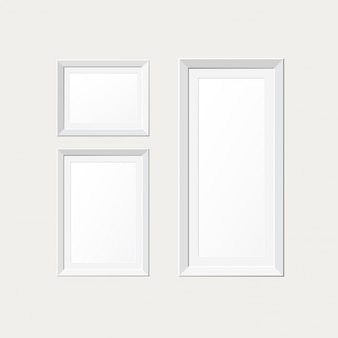 Cornici di carta in bianco sulla parete bianca