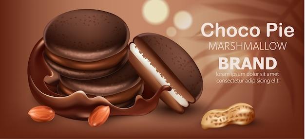 流れるチョコレートとピーナッツに囲まれたマシュマロの3つの積み重ねられたチョコパイ。リアル。テキストの場所