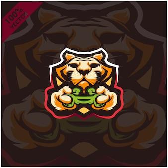 Тигр геймер держит игровую приставку джойстик. дизайн логотипа талисмана для команды киберспорта.