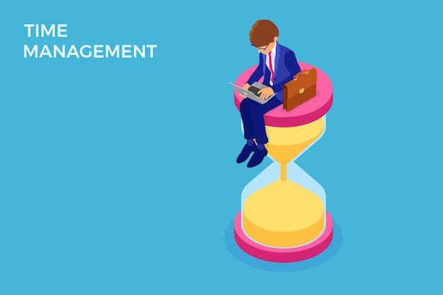 Тайм-менеджмент и график планирования с бизнесменом, работающим на ноутбуке и сидящим на песочных часах