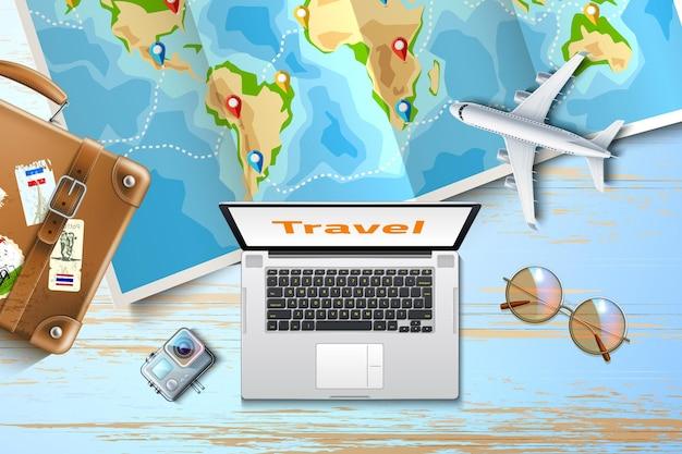 Плакат онлайн-туров пора путешествовать со стрелками на сложенном деревянном столе с картой мира и ноутбуком
