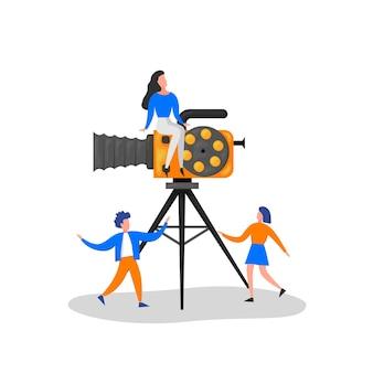 Крошечные персонажи, снимающие фильм. оператор, использующий камеру и персонал с профессиональным оборудованием для записи пленки. режиссер с «мегафоном», «люди с хлопушкой» и кинопленкой. векторные иллюстрации шаржа.