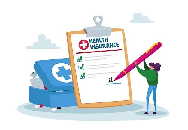 Крошечный клиент или пациент женского пола, подписывающий огромный бумажный документ о полисе медицинского страхования