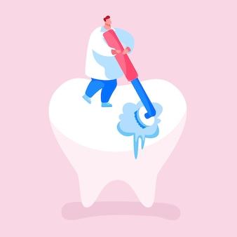 小さな歯科医の医者のキャラクターのクリーニングまたはローリングブラシによる巨大な歯の研磨