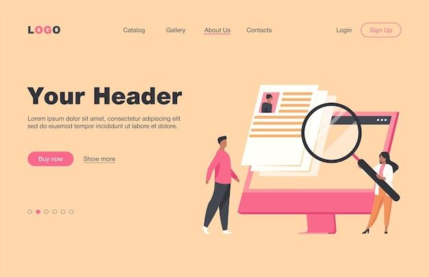 仕事の候補者を探している小さな人事マネージャー。インタビュー、拡大鏡、コンピューター画面フラットランディングページ。バナー、ウェブサイトのデザイン、またはランディングウェブページのキャリアと雇用の概念