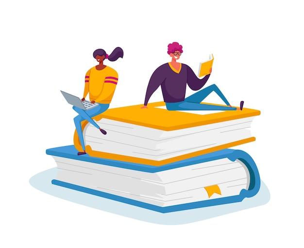 거대한 책 더미에 앉아 노트북을 읽고 작업하는 작은 남성 및 여성 캐릭터