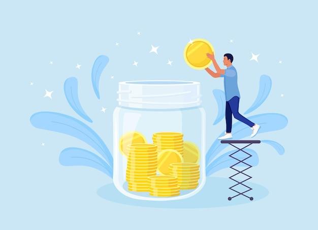 Крошечный персонаж мужского пола собирает золотые монеты в огромную стеклянную банку. человек делает сбережения, собирает деньги на счет, открывает банковский вклад. бюджет семейных финансов. пожертвовать, благотворительная кампания