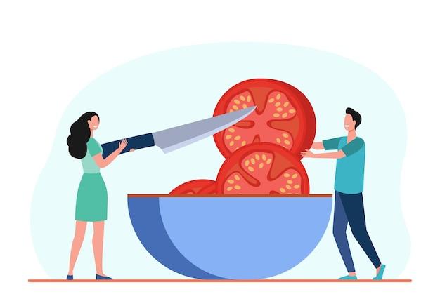 小さな人々がボウルに巨大なトマトを切っています。ナイフ、食事、食品フラットイラスト。漫画イラスト