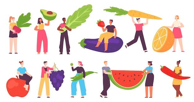 身材矮小的人吃健康的食物。男人和女人端着蔬菜和水果。有机新鲜农场纯素产品。卡通素食矢量集。插图:小人吃健康的蔬菜食品