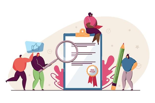 品質管理証明書を持つ小さな人々。文書フラットベクトルイラストをチェックする漫画の人。品質管理システム、バナー、ウェブサイトのデザイン、またはランディングページのiso9001標準コンセプト