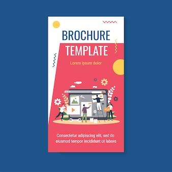 Крошечные профессионалы, работающие над шаблоном брошюры по дизайну веб-сайта или блога