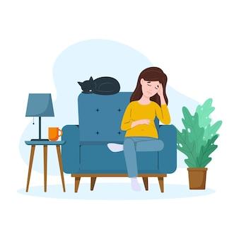 Усталая беременная женщина сидит на диване тяжелая беременность