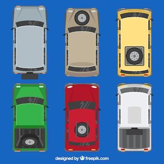 Vista dall'alto delle auto con pneumatico di ricambio