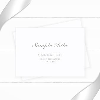Вид сверху элегантная белая композиция бумажная серебряная лента на деревянных фоне.
