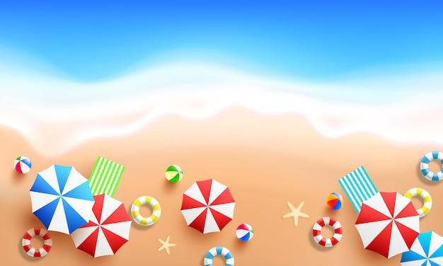 Взгляд сверху предпосылки пляжа с морской волной, красочным зонтиком пляжа, кольцом для плавания и пляжным мячом. концепция плоской планировки лета и пляжа. модный шаблон дизайна на лето