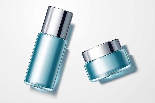 Вид сверху на набор синих косметических контейнеров, кремовую банку и стеклянную высокую бутылку
