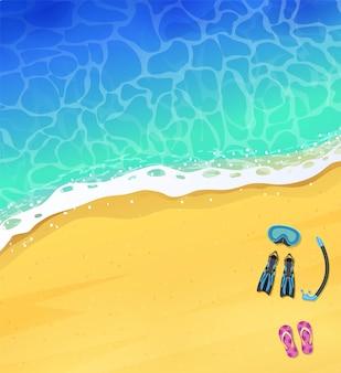 Вид сверху спокойного океанского пляжа с голубыми волнами