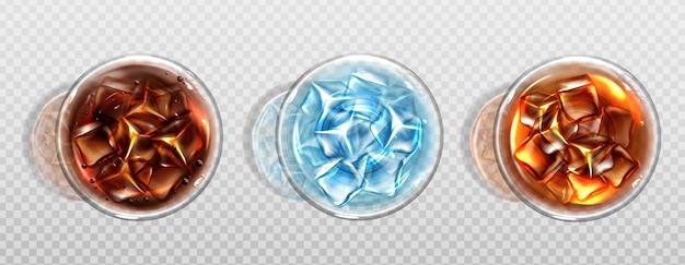 Вид сверху колы, холодного чая или воды с кубиками льда