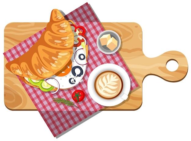 まな板の上のクロワッサンサンドイッチの上面図
