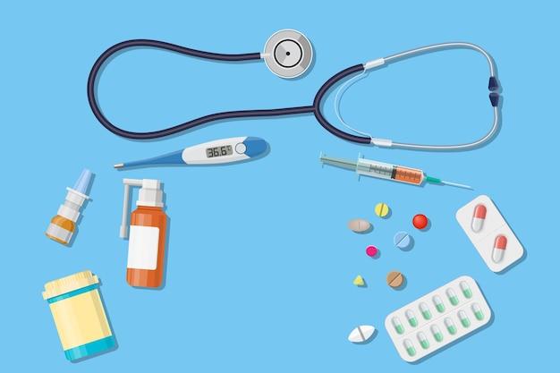 Вид сверху на рабочем месте врача. медицинский стетоскоп, электронный термометр и таблетки. .. медицинская концепция.