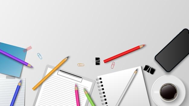白い背景の上の現代の職場のコーヒーペーパーノート鉛筆の上面図