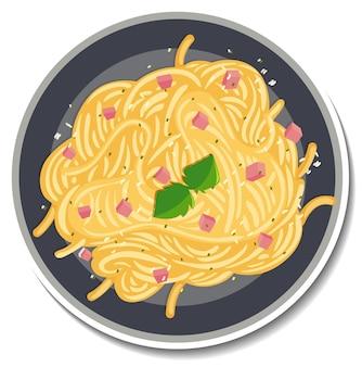 Вид сверху на тарелку пагетти карбонара на белом