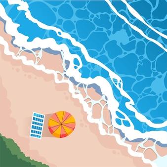 Вид сверху на пляж с пляжными ковриками и зонтиками, волны достигают пляжа иллюстрации