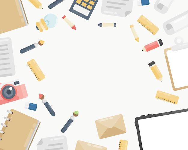 カメラ、ノート、鉛筆、手紙、タブレット、電卓、紙、定規、クリップボードと職場の背景の平面図。デスクの背景の平面図。フラットレイアウトスタイル。テキスト用の空きスペース。