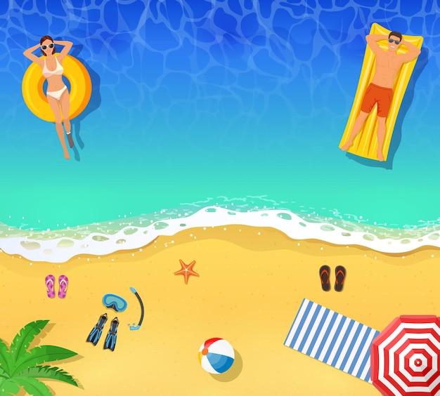상위 뷰 여름 열대. 젊은 여자와 남자는 바다 또는 바다에서 수영. 여름 휴가 여행 및 휴가 리조트 개념.