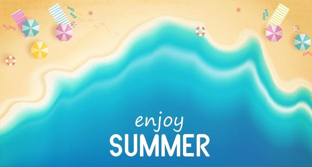 浮き輪とビーチビーチの背景に配置された水遊具と夏のトップビュー