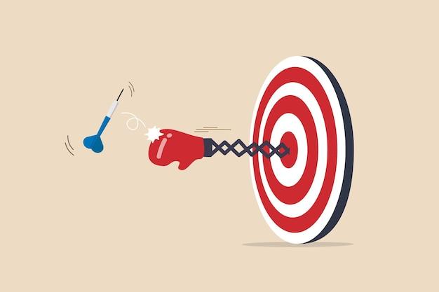 Тяжелое время или карьерная борьба, проблемы, трудности или препятствия на пути к достижению бизнес-цели, тяжелая ситуация с проигрышем конкуренции, боксерская перчатка вылетает из мишени для дротика, чтобы пробить дротик.