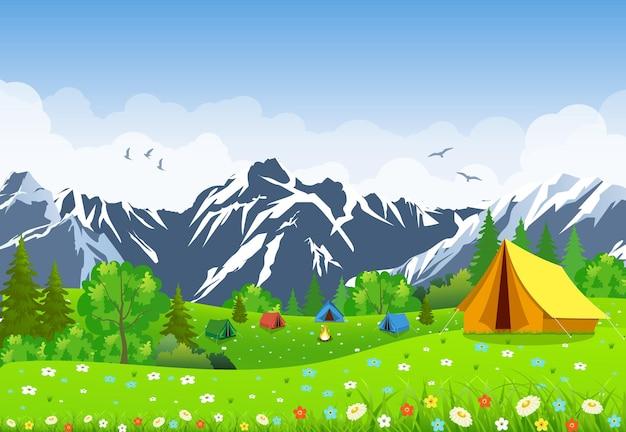 관광 텐트와 녹색 꽃 초원, 흐린 하늘에 산. 여름 캠핑