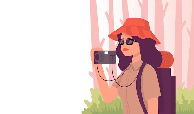 森の中でカメラを持った観光客。色ベクトルフラット漫画アイコン。旅行ブロガーのコンセプト。