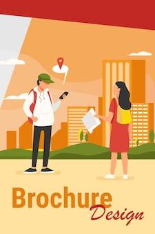 Турист с бумажной картой спрашивает место назначения. мужчина объясняет путь женщине, используя приложение местоположения на плоской векторной иллюстрации клетки. навигация, концепция путешествия